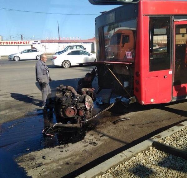 Фото ДТП в Казани: у автобуса на ходу выпал двигатель