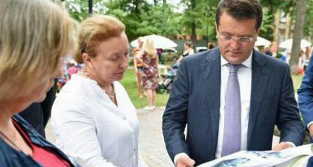 Всквере Аксенова Ильсуру Метшину представили социальный проект «Библиобус»