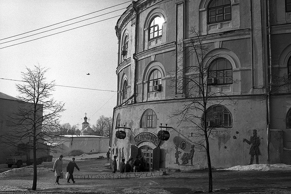 1991 год. Очередь у «Бегемота». Фото: Евгений Канаев