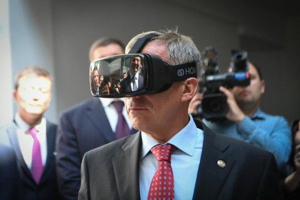 Минниханов и шлем виртуальной реальности. Фото: president.tatar.ru