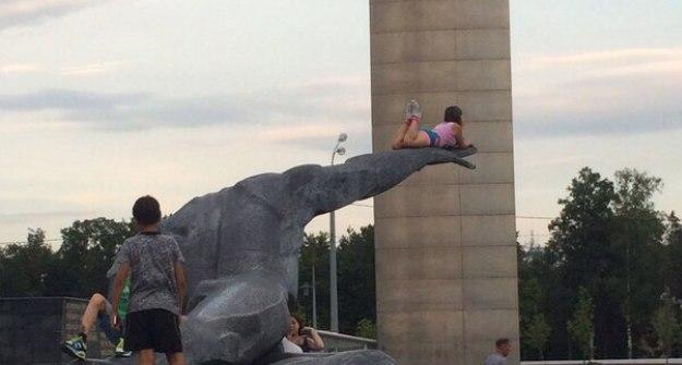 ВКазани девушка легла на монумент Неизвестному солдату ради фотографии