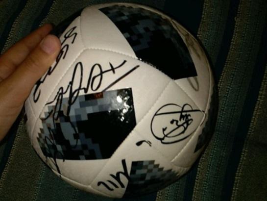 Мяч с автографами бразильских звезд. Фото: avito.ru