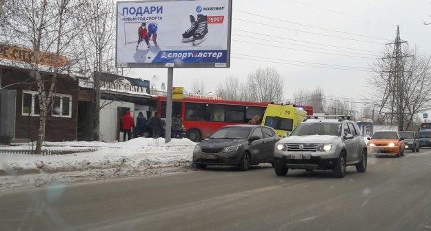 ВКазани автобус вылетел натротуар иврезался впавильон шиномонтажа