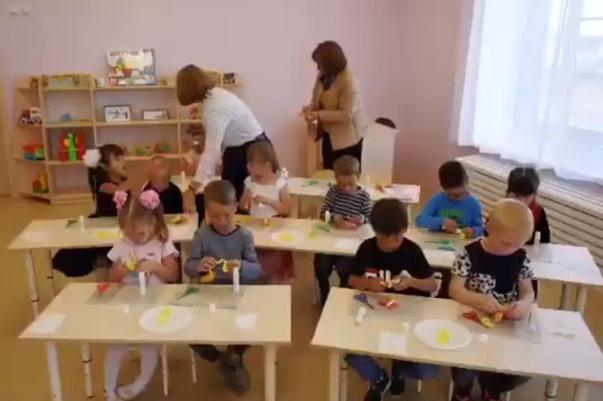 Кадр из видеосюжета об открытии детсада