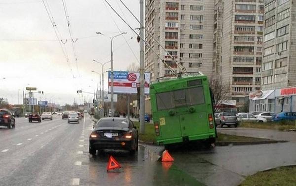 НаВахитова троллейбус вылетел нагазон