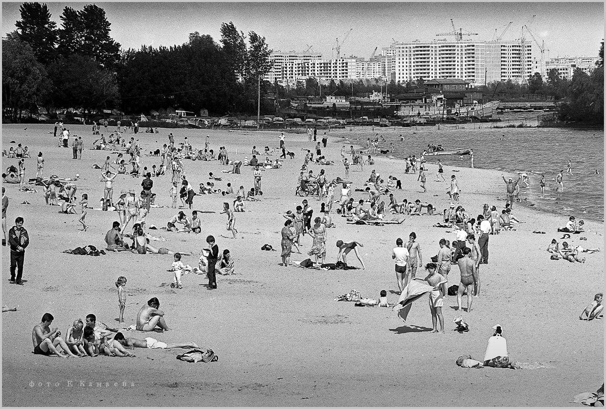 Пляж у Издательства. Фото: Евгений Канаев