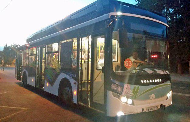 Снаружи электробус напоминает экскурсионный автобус