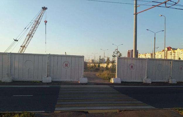Ограждение с символикой метро у Меги. Фото: e-Kazan.ru