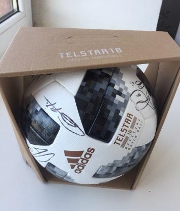 Мяч с автографами сборной Франции. Фото: avito.ru