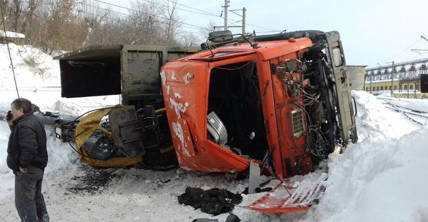 Пассажирский поезд столкнулся смусоровозом вКазани, пострадал шофёр грузового автомобиля
