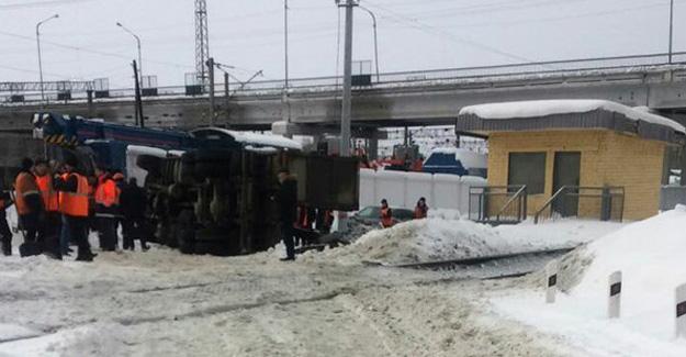 Поезд Пермь-Новороссийск протаранил мусоровоз вКазани